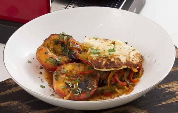 Жареный халуми с перцами, нектаринами и оливковым маслом KURTES